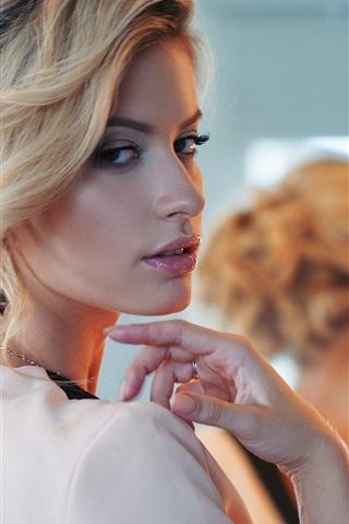iPhone Wallpaper Blonde fashion girl look back