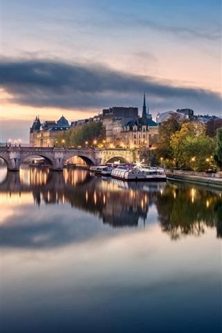 iPhone Обои Франция, Париж, мост, река, лодки, дома, облака, закат