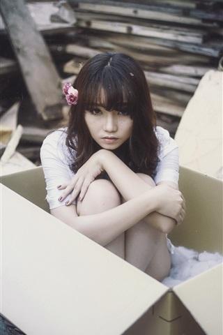 iPhone Wallpaper Asian girl in box