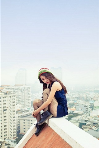 iPhone Wallpaper Asian girl sitting at roof, city, dangerous