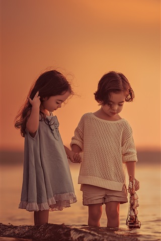 iPhone Wallpaper Children play games at sea, sunset