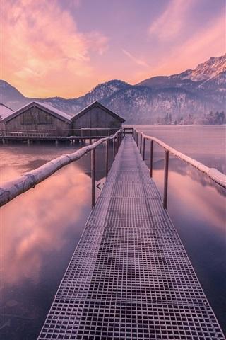 iPhone Papéis de Parede Lago, casas, ponte, montanhas, inverno, neve, crepúsculo