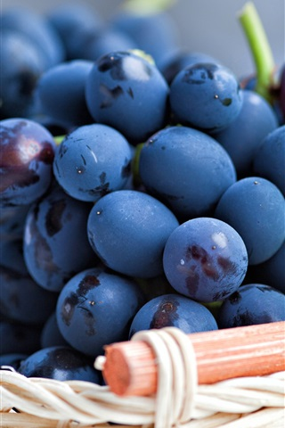 iPhone Wallpaper Fresh grapes bunches, basket, leaves