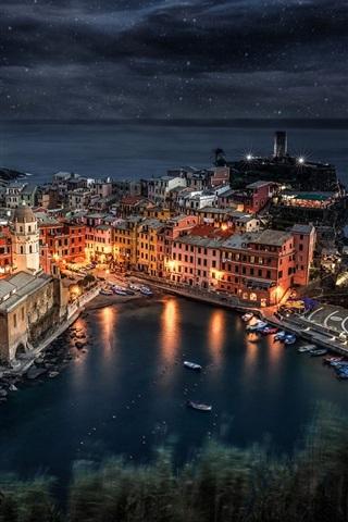 iPhone Wallpaper Italy, Liguria, Manarola, sea, boats, night, lights, rocks, houses