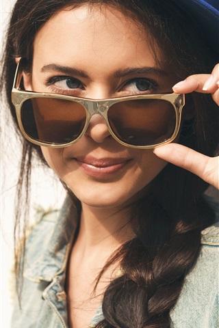 iPhone Обои Улыбка девушки, солнечные очки, леденец