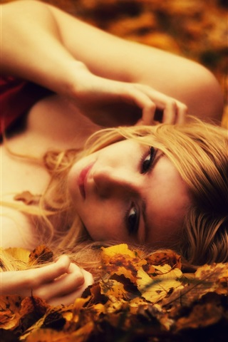 iPhone Wallpaper Blonde girl lying on the ground, leaves, autumn