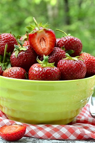 iPhone Wallpaper Fresh strawberries, bowl