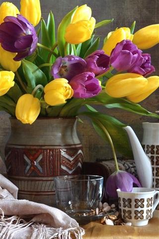 iPhone Обои Желтые и фиолетовые тюльпаны, ваза, чашка, натюрморт