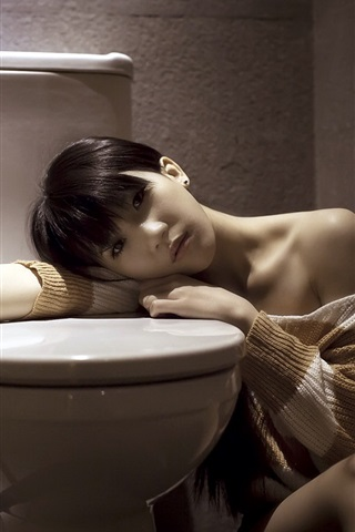 iPhone Wallpaper Asian girl in the bathroom