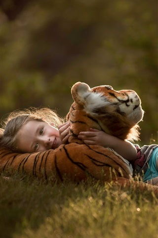 iPhone Wallpaper Child girl and tiger cub