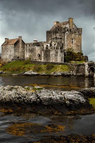 iPhone Wallpaper Eilean Donan castle, Scotland, river, stones, clouds