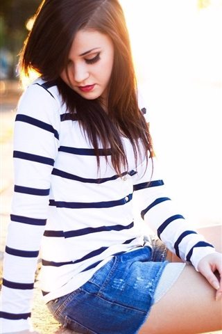 iPhone Wallpaper Girl sit at street, backlight