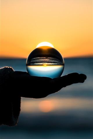 iPhone Papéis de Parede Bola de vidro à mão, por do sol, à noite