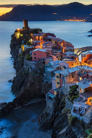 iPhone Wallpaper Italy, Vernazza, Cinque Terre, Liguria, houses, lights, sea, night