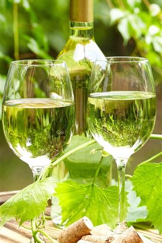 iPhone Обои Вино, стеклянные чашки, бутылка, виноградные листья