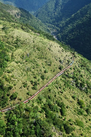 iPhone Papéis de Parede Montanhas, árvores, trem, vista de cima
