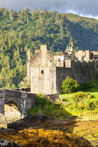 iPhone Wallpaper Eilean Donan Castle, Scotland, bridge, trees, clouds