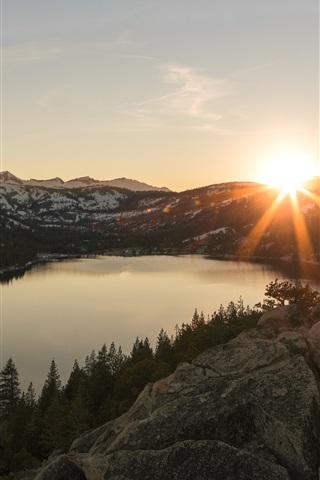 iPhone Papéis de Parede Lago, pedras, montanhas, árvores, neve, pôr do sol