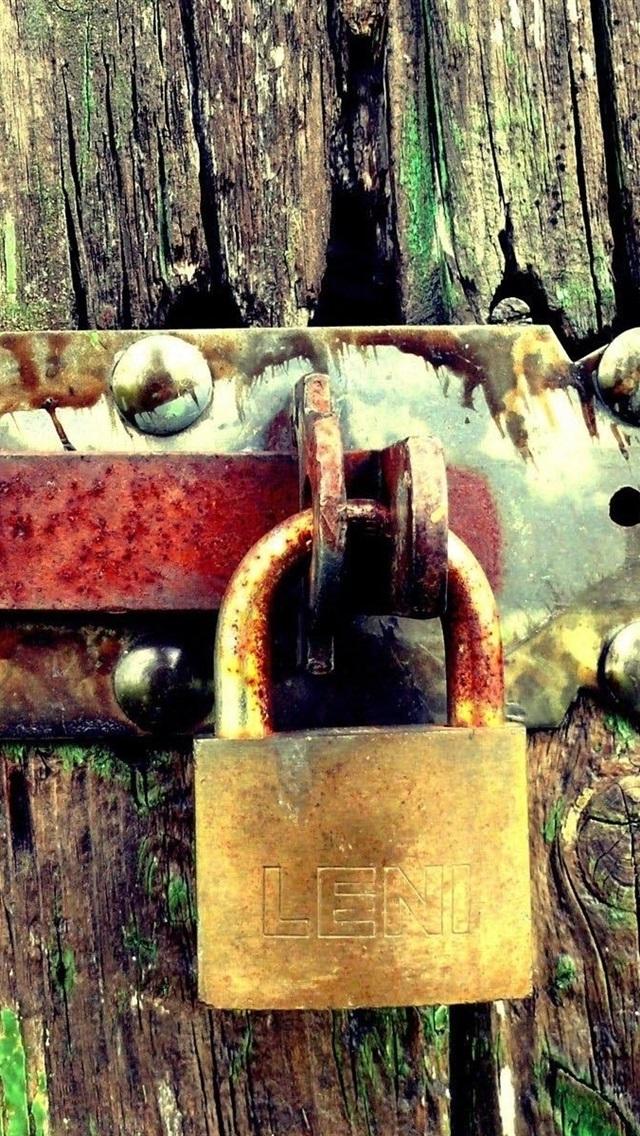 Rust Lock Wood Door 640x1136 Iphone 5 5s 5c Se Wallpaper