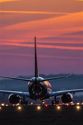 iPhoneの壁紙 空港、エアバスの飛行機のリアビュー、ライト、夜明け