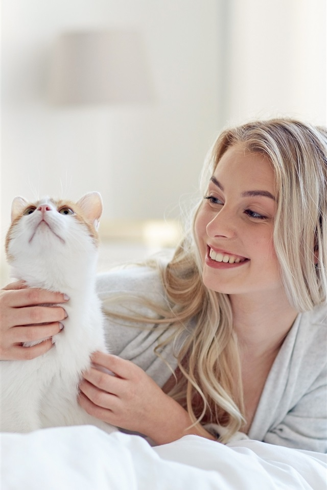 Wallpaper Happy Blonde Girl And Cat In Bed 2880x1800 Hd