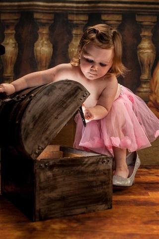 iPhone Papéis de Parede Cute little girl play box, criança