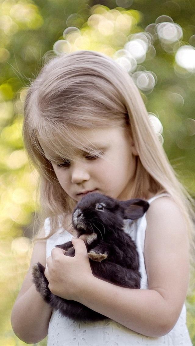 ブロンドの子供の女の子と彼女のペットの黒いウサギ 640x1136 Iphone 5 5s 5c Se 壁紙 背景 画像
