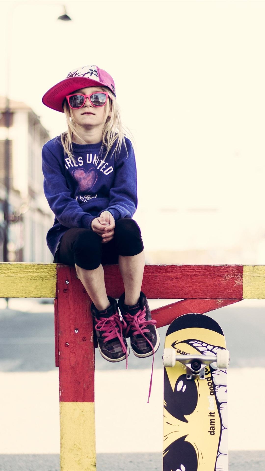 かわいい女の子 眼鏡 フェンス スケートボード 通り 1080x19 Iphone 8 7 6 6s Plus 壁紙 背景 画像
