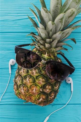 iPhone Papéis de Parede Abacaxi, óculos, avião, fones de ouvido, telefone, fundo azul madeira