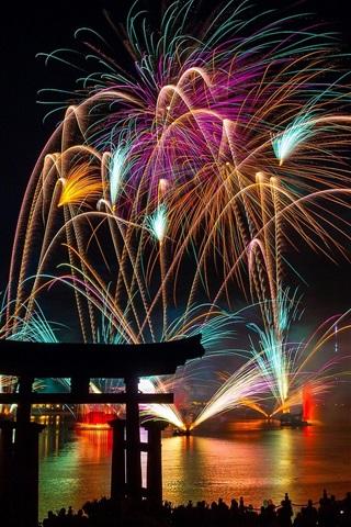 iPhone Papéis de Parede Fogos de artifício lindos, noite, cidade, ano novo