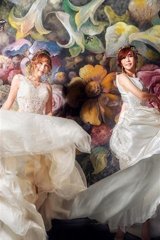 iPhone Wallpaper Beautiful two Asian girls, bride, painting wall