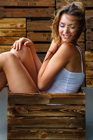 iPhone Wallpaper Smile girl sitting in wood box