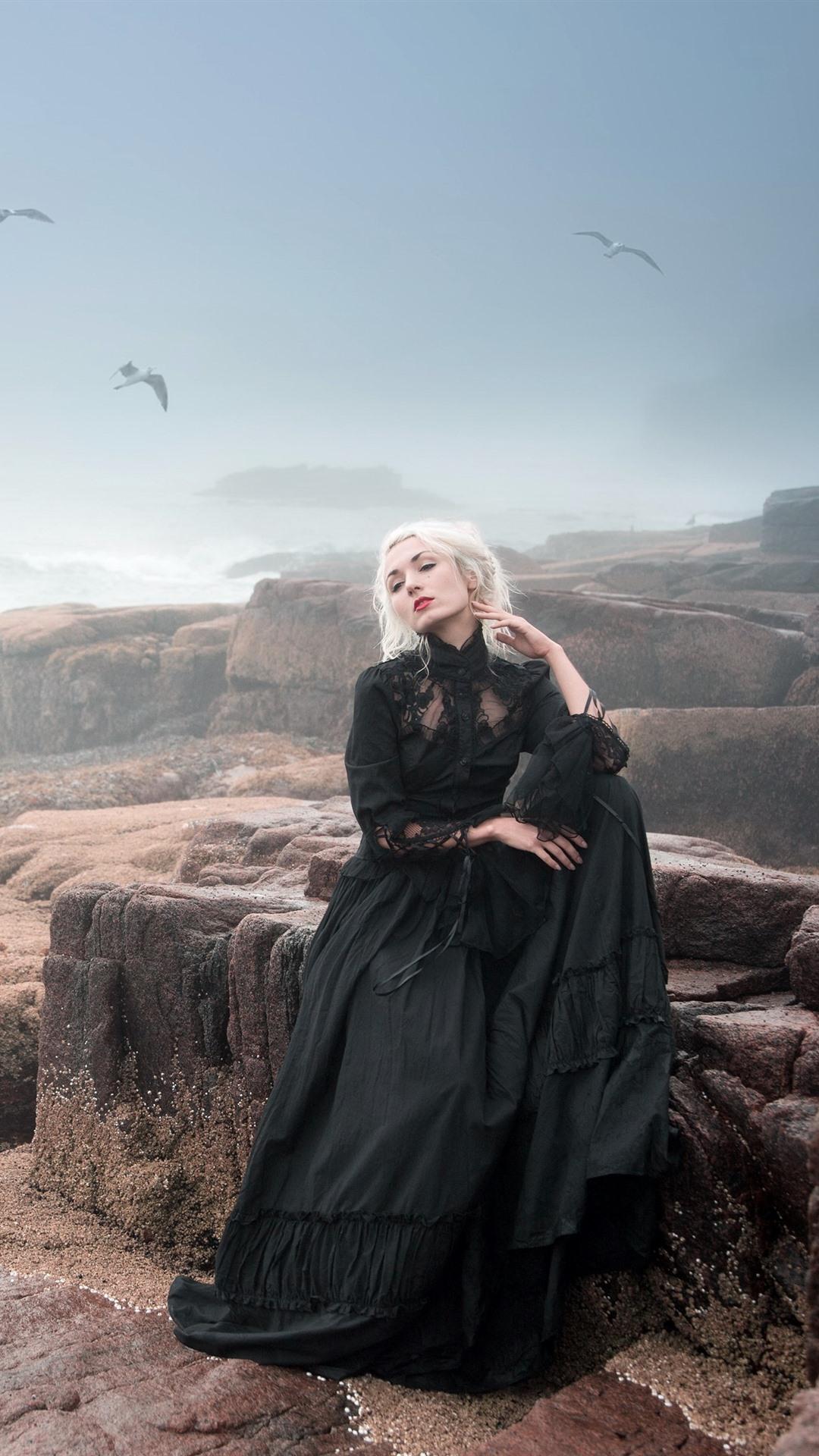 黒いスカートブロンドの女の子 霧 海 岩 鳥 1080x19 Iphone 8 7 6 6s Plus 壁紙 背景 画像