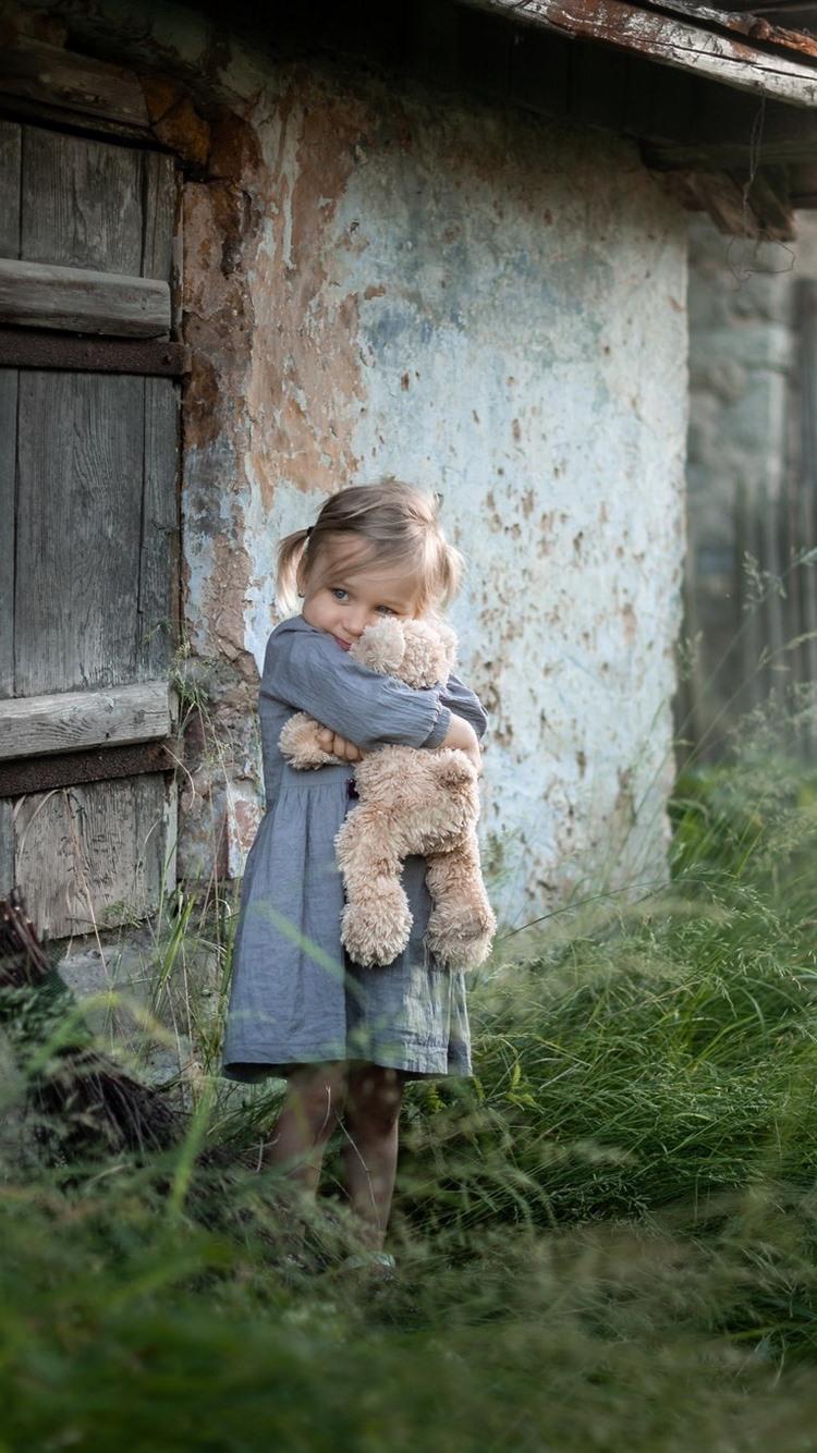 かわいい女の子とテディベア 子供 草 屋外 750x1334 Iphone 8 7 6 6s 壁紙 背景 画像