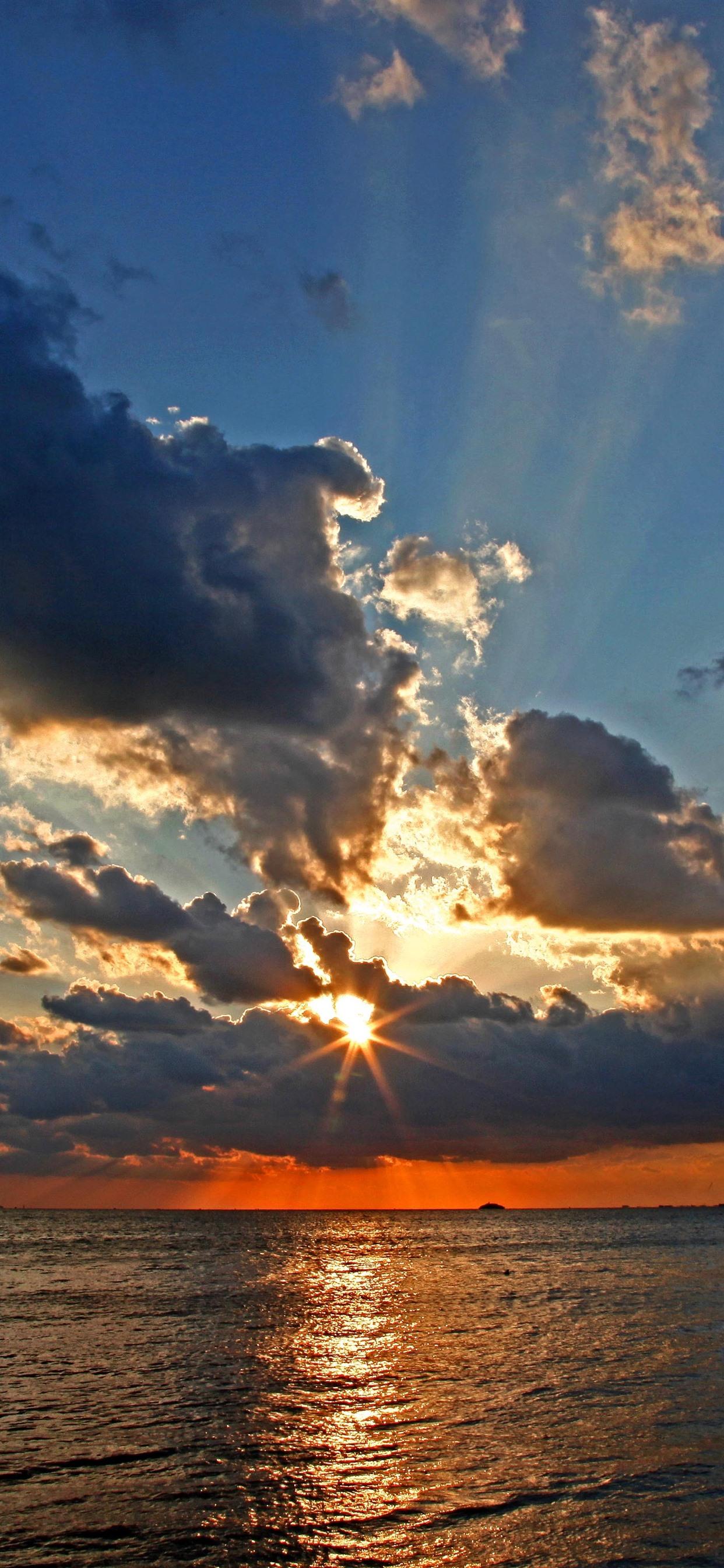 Wolken Meer Sonnenuntergang Sonnenstrahlen 1242x2688