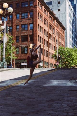 iPhone Wallpaper Little girl dancing, city, USA