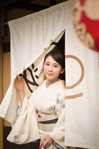 iPhone Fondos de pantalla Hermosa chica japonesa, kimono, sonrisa, linterna.