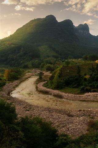 iPhone Fondos de pantalla Hermoso paisaje, río, árboles, montañas, nubes.