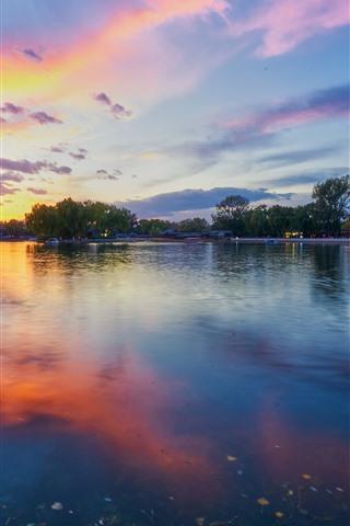 iPhone Fondos de pantalla Hermosa puesta de sol, parque, lago, árboles, nubes, China
