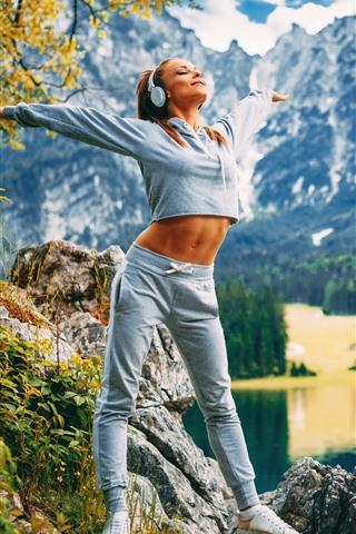 iPhone Fondos de pantalla Chica rubia, fitness, auriculares, montañas, lago, mañana