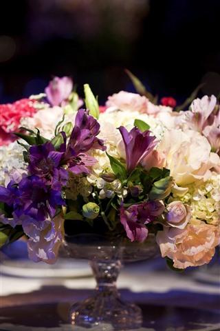 iPhone Fondos de pantalla Ramo, flores, mesa, vasos de vidrio, velas