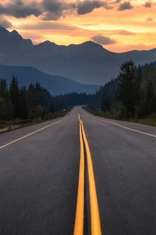 iPhone Fondos de pantalla Canadá, Albert, carretera, árboles, montañas, nubes, atardecer