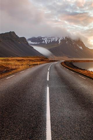 iPhone Fondos de pantalla Islandia, montañas, camino, nubes, puesta de sol, niebla
