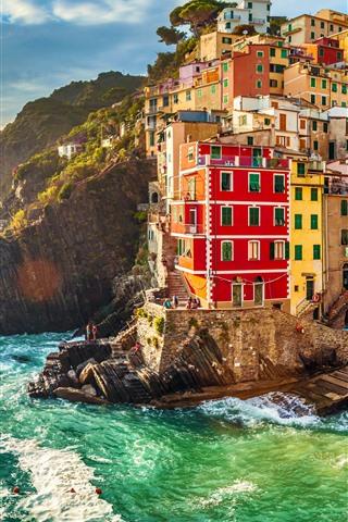 iPhone Fondos de pantalla Italia, Riomaggiore, casas, mar, olas, puesta de sol