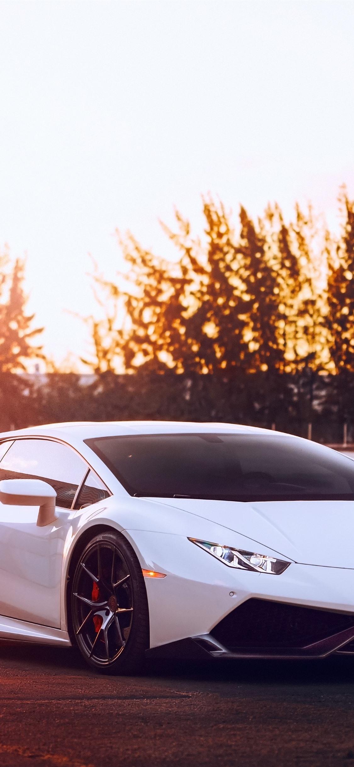 ランボルギーニウラカンホワイトスーパーカー 夕日 グレア 1125x2436