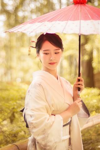 iPhone Fondos de pantalla Encantadora chica japonesa, kimono, paraguas, árboles, otoño
