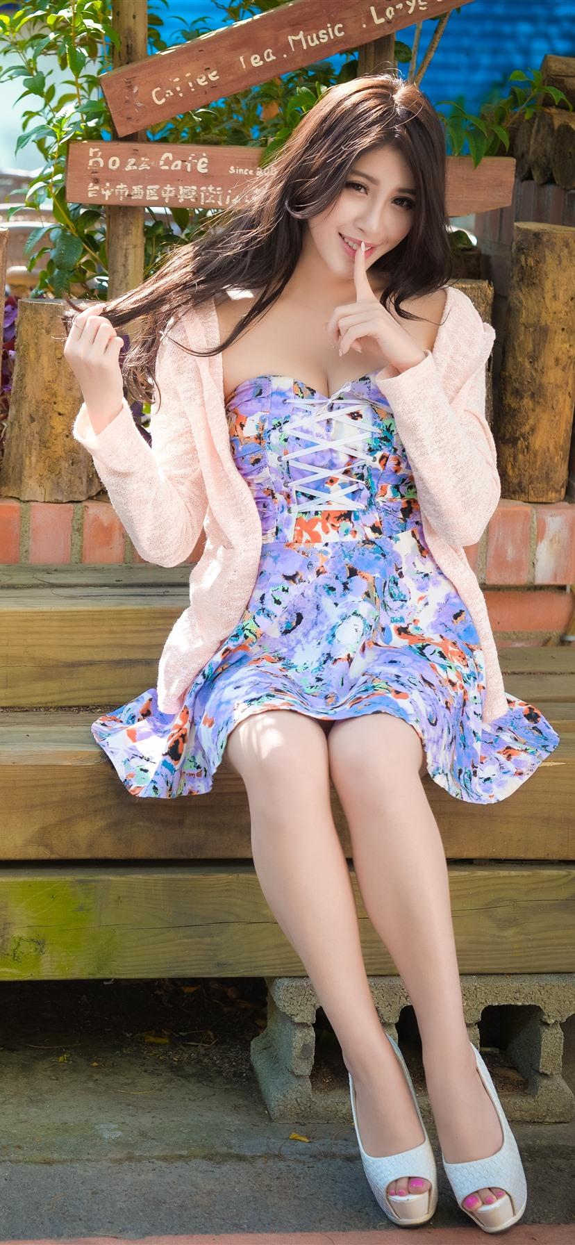 Summer girl, blonde, wind iPhone X 8,7,6,5,4,3GS wallpaper