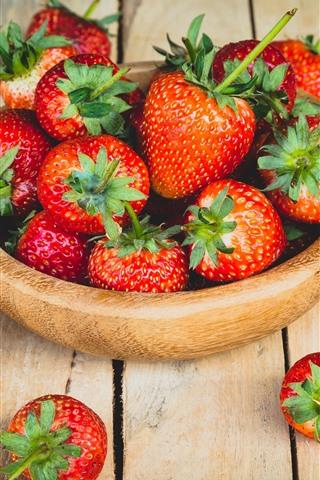 iPhone Fondos de pantalla Un tazón de fresa madura, mesa de madera