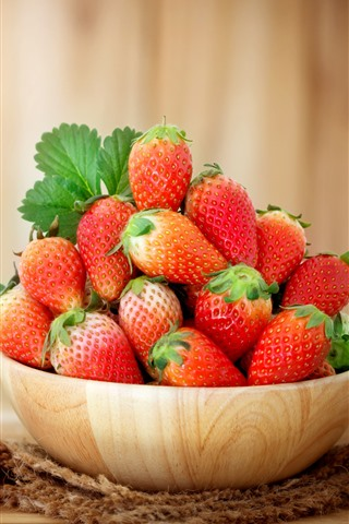 iPhone Fondos de pantalla Un tazón de fresa, fruta jugosa