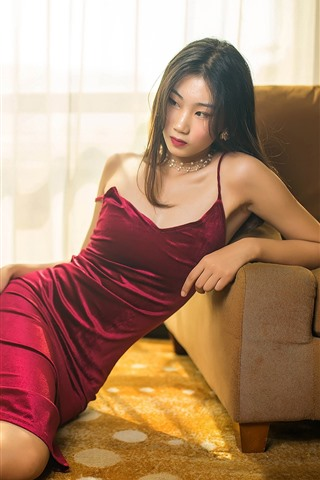 iPhone Fondos de pantalla Falda roja chica asiática, pose, sofa, habitacion